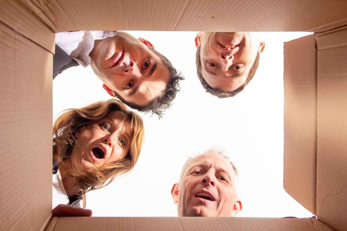 Gemeinsam entwickeln - 4 Menschen schauen aus der Box